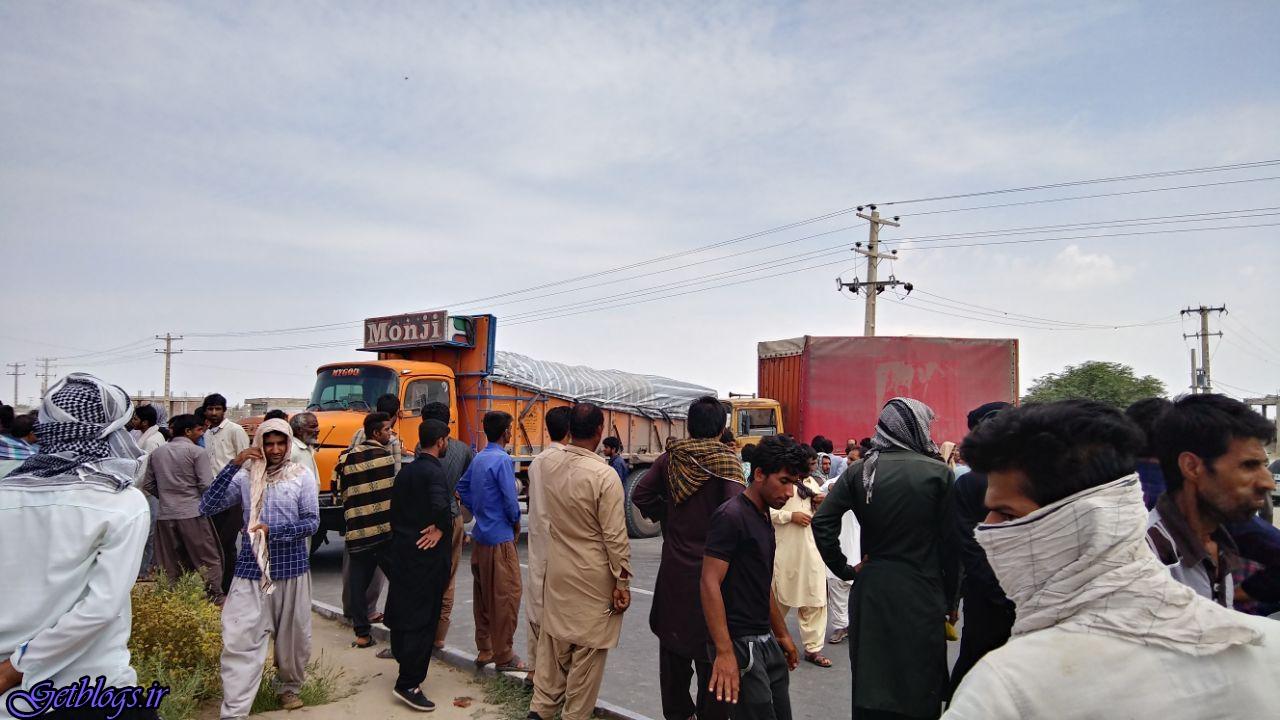 عکس) + بستن بزرگراه جنوب کرمان به وسیله کشاورزان (
